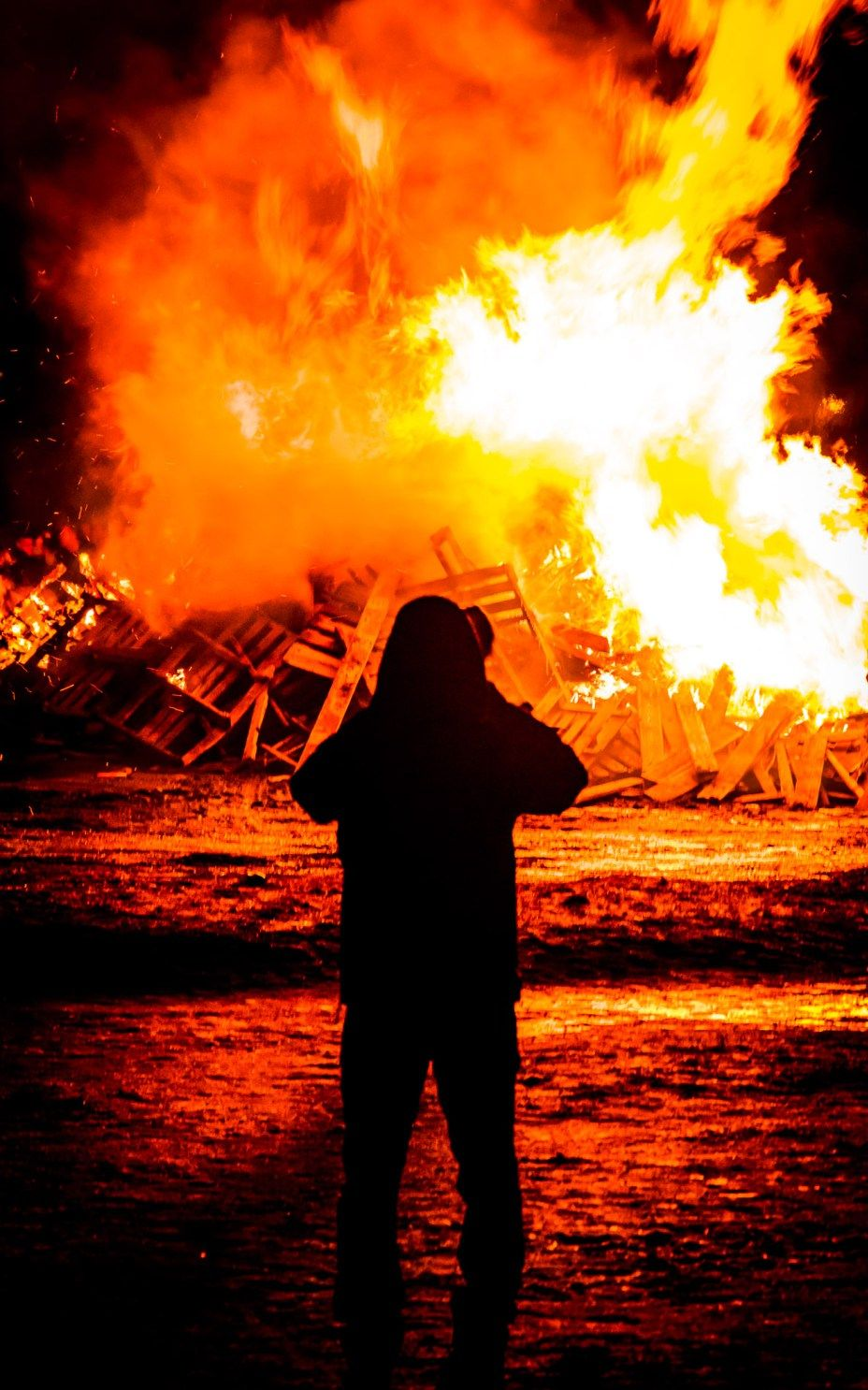 bonfire on new years even in reykjavik