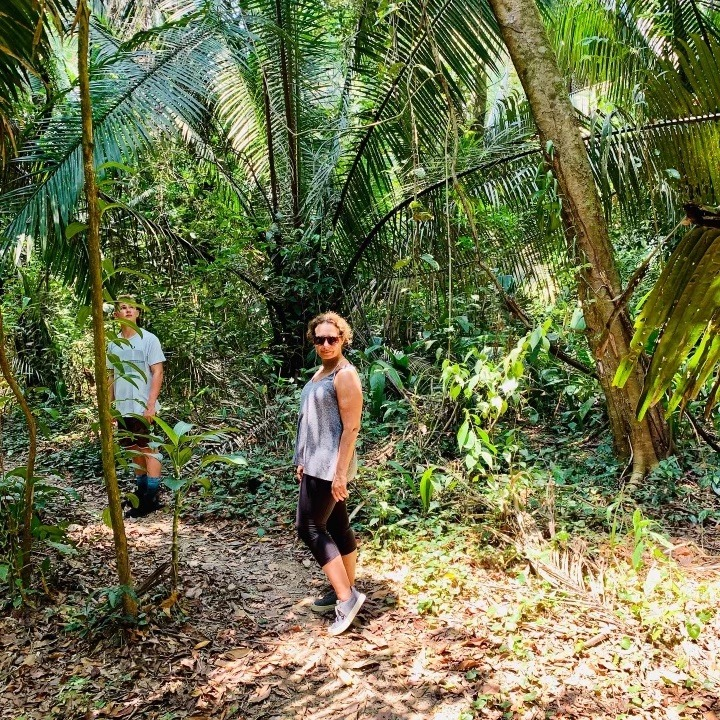 hiking in monkey river village to see howler monkeys